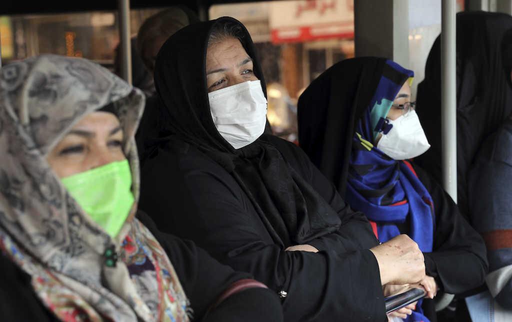 Donne arabe in autobus con velo e mascherina