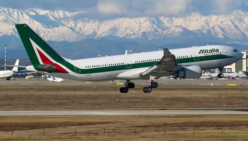 Airbus A330 Alitalia in fase di decollo